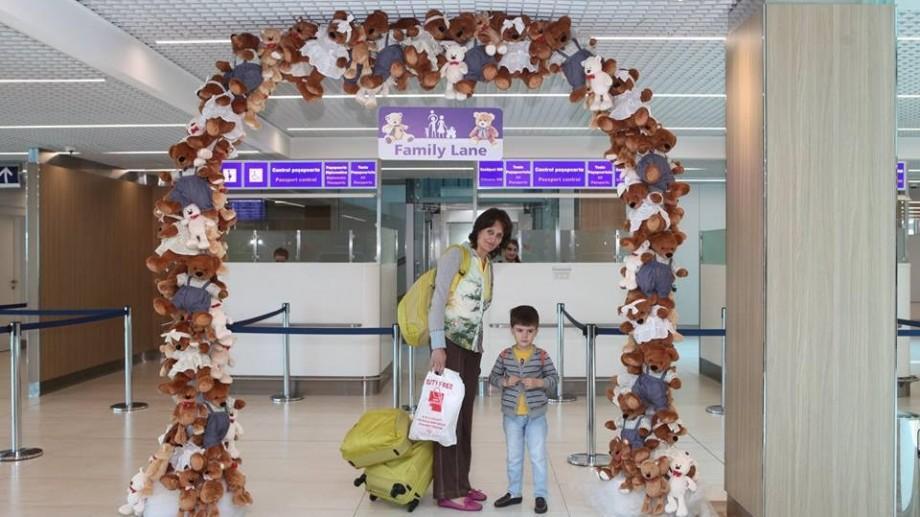 """La aeroportul din Chișinău familiile cu copii vor traversa frontiera mai rapid prin ghișeul """"Family Lane"""""""