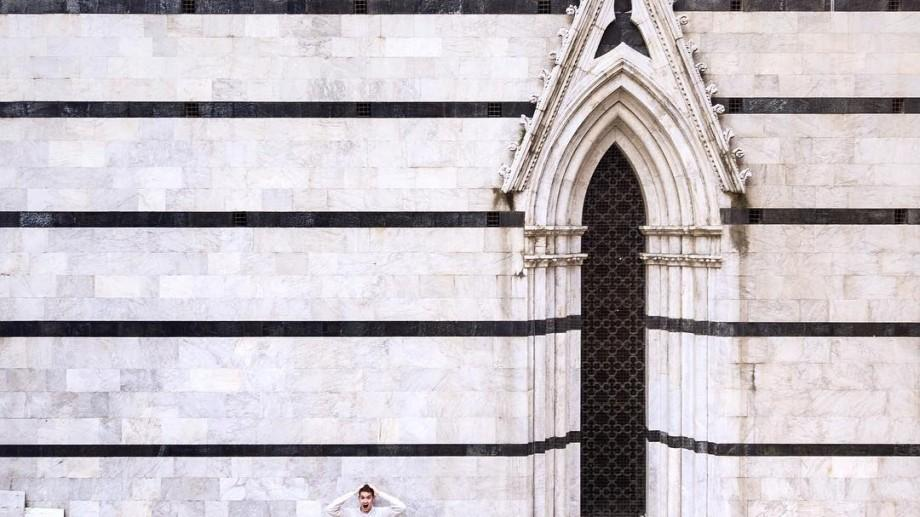 (foto) O perspectivă, o geometrie și o cameră. Proiectul fotografic care prezintă arhitectura sub forma unui basm geometric