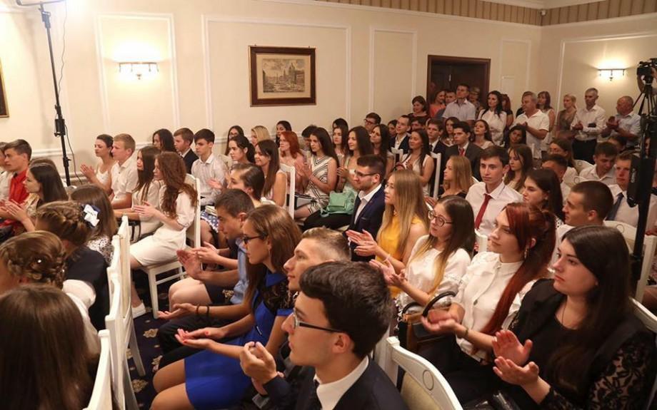 """Reacția Președinției față de faptul că unii elevi au refuzat diploma lui Igor Dodon: """"Domnișoara nu se regăsește în lista premianților"""""""