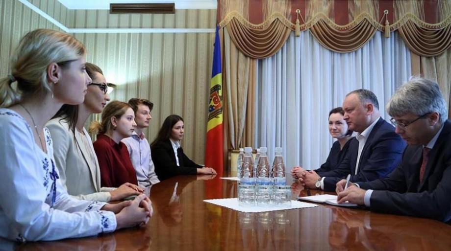 (foto) Șase studenți din diaspora îi vor asista pe consilierii prezidențiali în cadrul unui stagiu de practică la Președinție