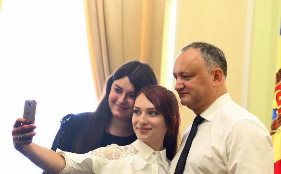 (foto) Igor Dodon i-a premiat pe cei mai buni elevi din promoția 2017 cu diplome de onoare