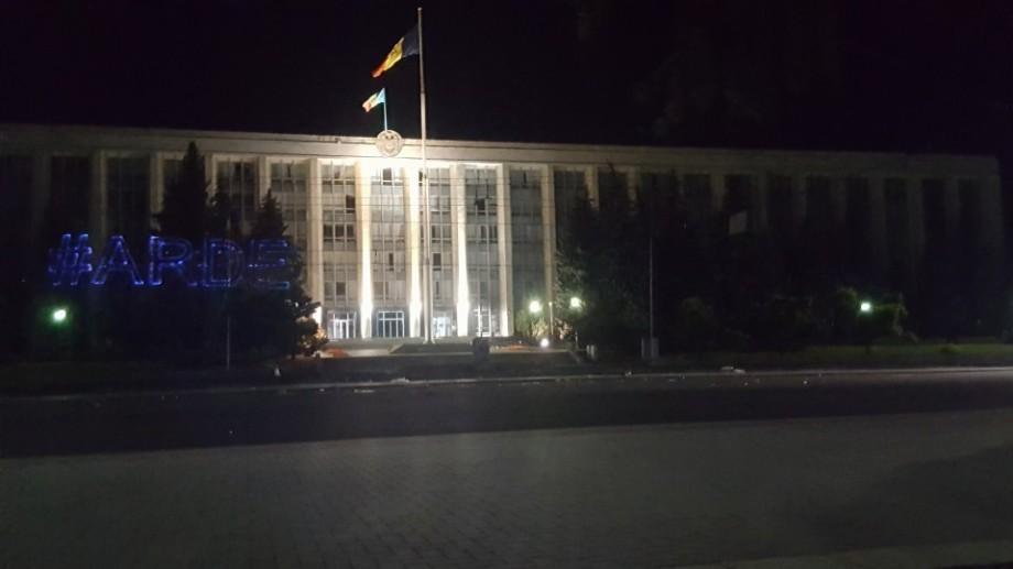 Guvernul, în lumini albastre. Flashmob cu tentă politică, în spirit artistic