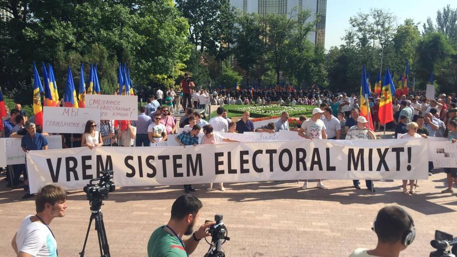 (live video) În timp ce unii protestează împotrivă, alții susțin votul mixt pe note de Carla's Dreams și Ion Suruceanu