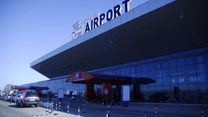 Reținuți la Chișinău, mai mulți artiști și politicieni ruși au petrecut ore bune la aeroportul din Capitală