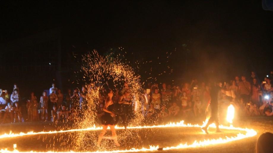 """(galerie foto) Tradiții, concerte și mult foc. Cum s-a desfășurat Festivalul """"Cucuteni"""" în acest an"""