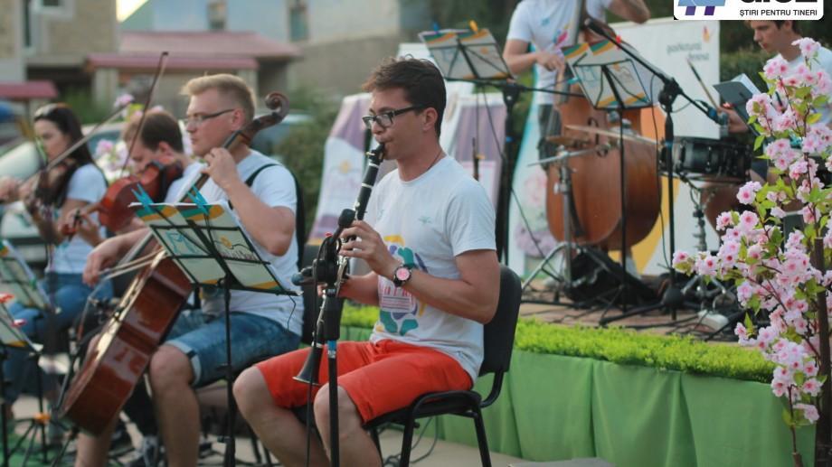 (galerie foto) Muzica clasică a răsunat pentru o comunitate importantă de etnici romi. La La Play a ajuns în Cărpineni