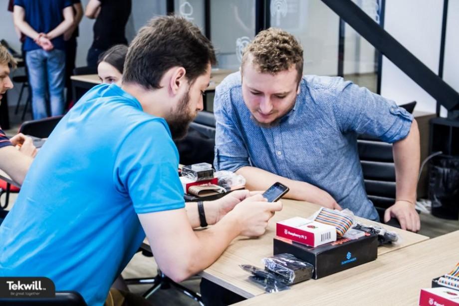 """(foto) Patru idei de afaceri IT, relevante pentru piața locală și globală, """"se coc"""" în primul incubator IoT Lab din Republica Moldova"""