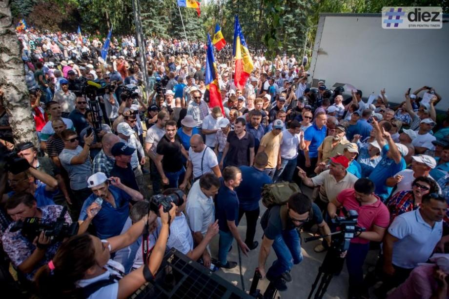 (live video) Acțiunile de protest continuă în fața Președinției. Sute de oameni au venit să protesteze și astăzi împotriva sistemul electoral mixt