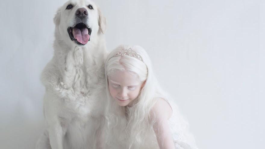 (foto) Yulia Taits – designerul grafic care a reușit să redea prin intermediul fotografiilor frumusețea hipnotică a celor care suferă de albinism