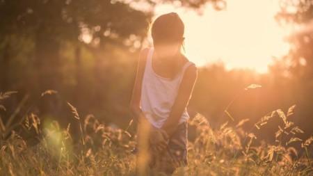 Un nou trend în rândul fetelor: Machiaj care creează iluzia unor sâni mai mari