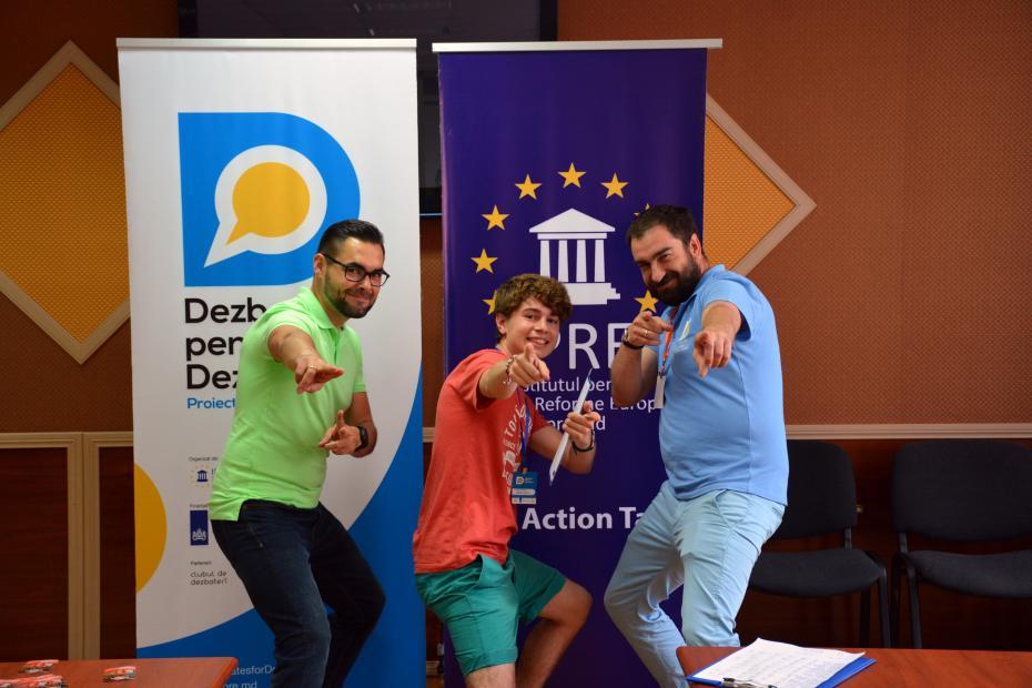 Vladlen-Grecu-campionul-competitie-nationale-de-dezbateri-la-imnamarea-diplomelor