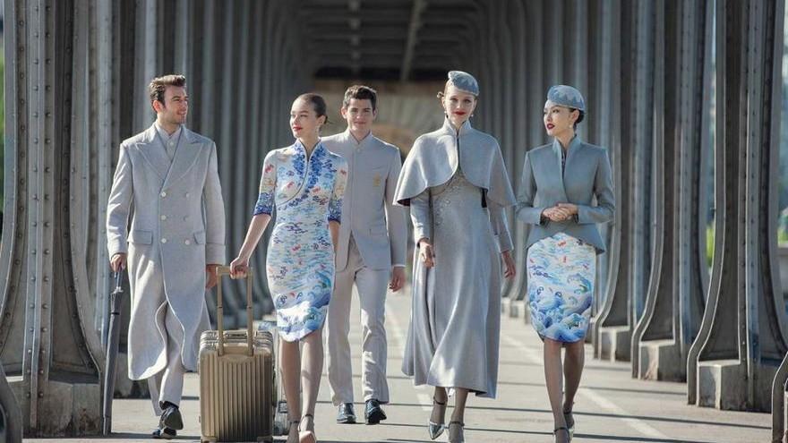 (foto) Tradiție chinezească: nori, valuri și Roc. Cum arată noua uniformă a companiei aeriene Hainan Airlines