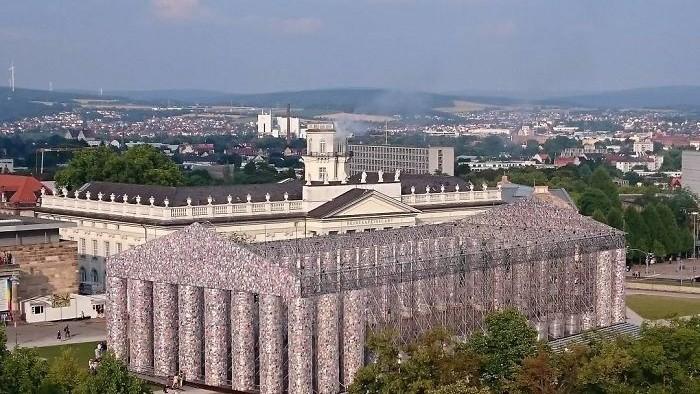 (foto) Un artist a construit un Partenon din 100.000 de cărți interzise pe un loc în care naziștii au ars în jur de 2000 de cărți în 1933