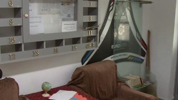 (foto) Metoda inedită a unui locatar din România de a-i convinge pe tineri să citească. A amenajat o bibliotecă în scara blocului