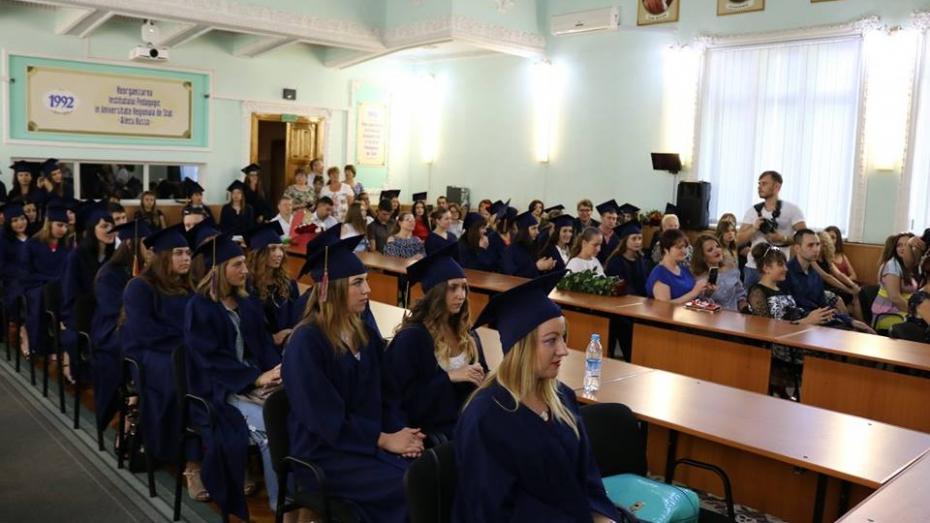 (galerie foto) La Universitatea din Bălți au loc ceremoniile de absolvire. Circa 1.300 de studenți își primesc diplomele