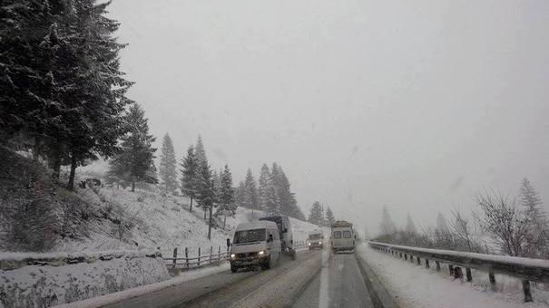 (foto) Ninsoare în august. Într-un județ din România stratul de zăpadă ajunge la 3 centimetri