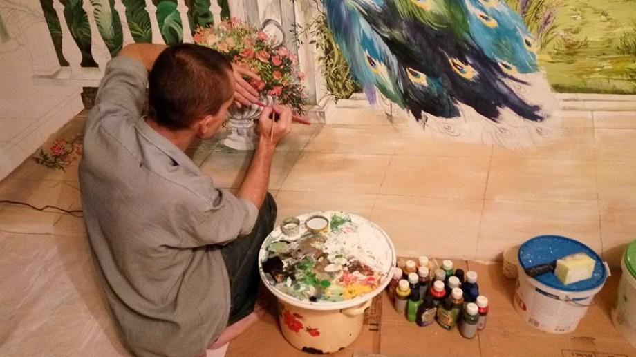 (foto) Când valorile se vând la colț de stradă, Petru Popescu le colorează pe pereți și în suflete. Povestea unui tânăr pictor din Moldova