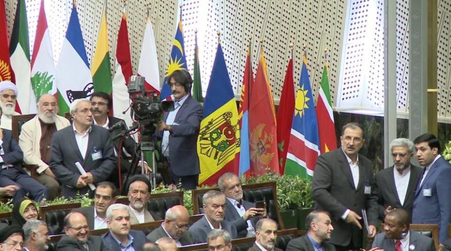 (foto, video) Gafă sau nu? Drapelul Republicii Moldova, arborat din nou în Iran fără crucea și sceptrul de pe stemă