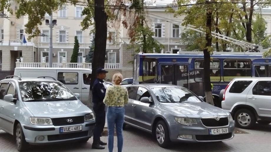 (foto) Automobiliștii riscă să fie penalizați dacă parchează în zonele destinate bicicliștilor