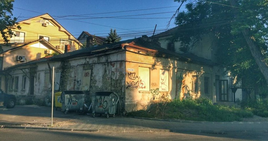 (foto) Descoperiri urbane: Ce ascunde tencuiala groasă a casei de pe str. Vasile Alecsandri 72