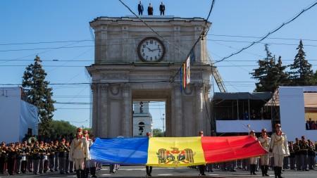 (foto) Persoanele publice din Moldova care au decis să facă ordine în ogradă cu propriile puteri