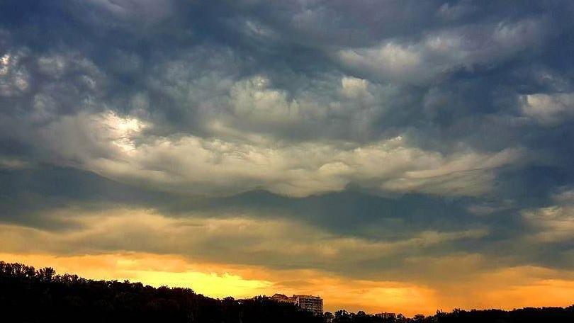 (foto) Imagini de poveste. Cum a fost văzut cerul de luni seara din Chișinău pe Instagram