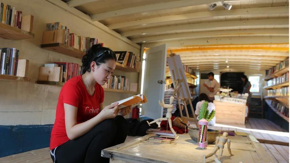 (foto) Pluteşte, iar locuitorii satului sunt fericiți să vină acolo și să se scufunde în lumea cărților. Unde se află biblioteca pe apă