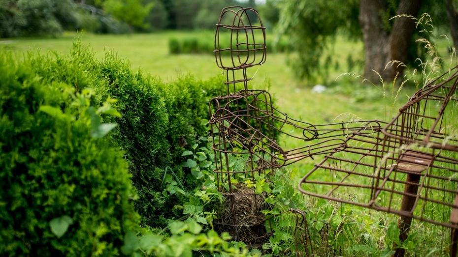 """(foto) Ce mai face doamna cu umbrelă sau cum """"au adormit"""" sculpturile vii de la Grădina Botanică"""