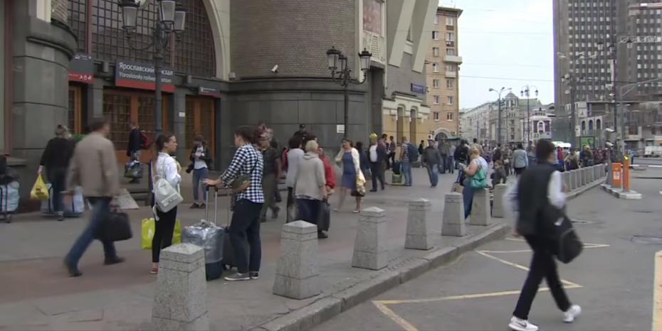 (video) Moscova: Peste 20.000 de persoane, evacuate în urma unor ameninţări cu bombă. Zeci de centre comerciale au fost golite