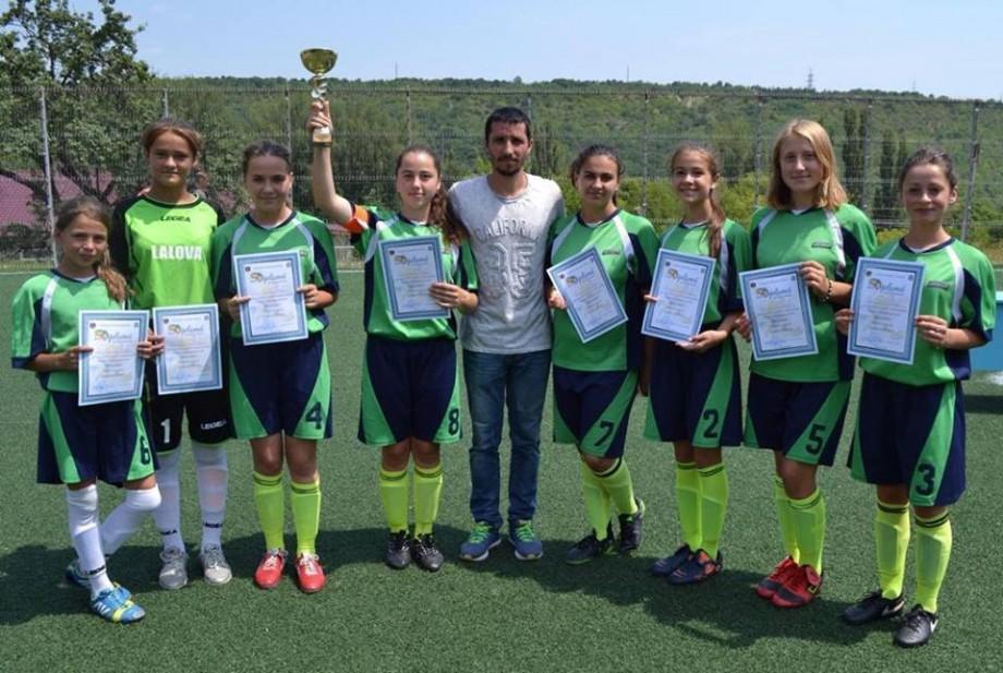 (foto) Preotul din satul Lalova antrenează o echipă de fotbal feminin. Fetele cântă și în corul bisericesc