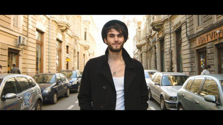 """(video) Născut în Moldova și te-a cucerit cu piesele """"Mă ucide ea"""" și """"Who you are"""". Află mai multe despre Mihail"""