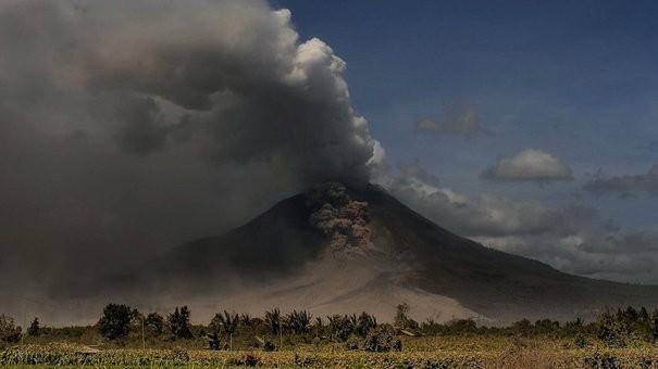 Alertă în Bali. Un vulcan stă să erupă, iar 10.000 de oameni au fost evacuați