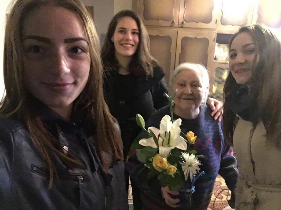 """(foto) """"Un zâmbet, o floare"""". Circa 300 de elevi din capitală au felicitat profesorii pensionați"""