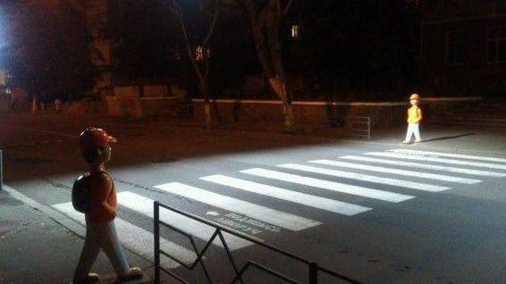 (foto) O nouă metodă ingenioasă prin care șoferii reduc viteza la trecerile de pietoni