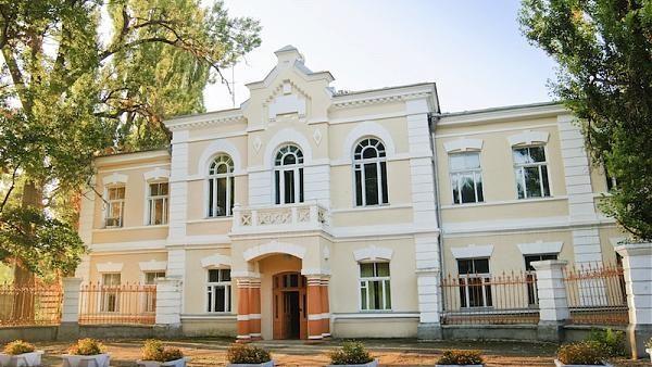 """(foto) O perlă a secolului XX! Cum arată în prezent Colegiul pedagogic """"Mihai Eminescu"""" din Soroca"""