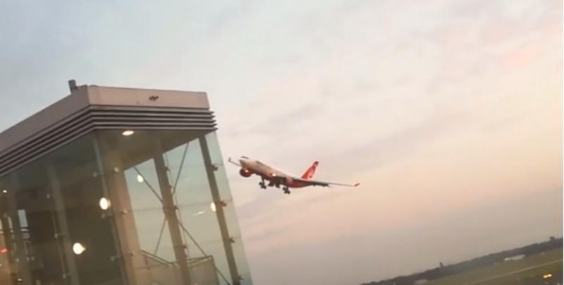 """(video) Piloții unui zbor Air Berlin, suspendați după ce """"și-au luat rămas bun"""" cu o manevră riscantă"""