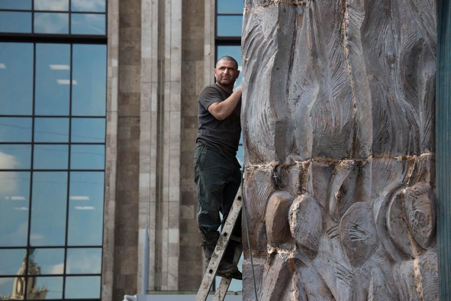 """(foto) Povestea moldoveanului care construiește """"Peretele durerii"""" în Moscova: """"Cel mai mare chin e să fiu departe de soție și copii"""""""