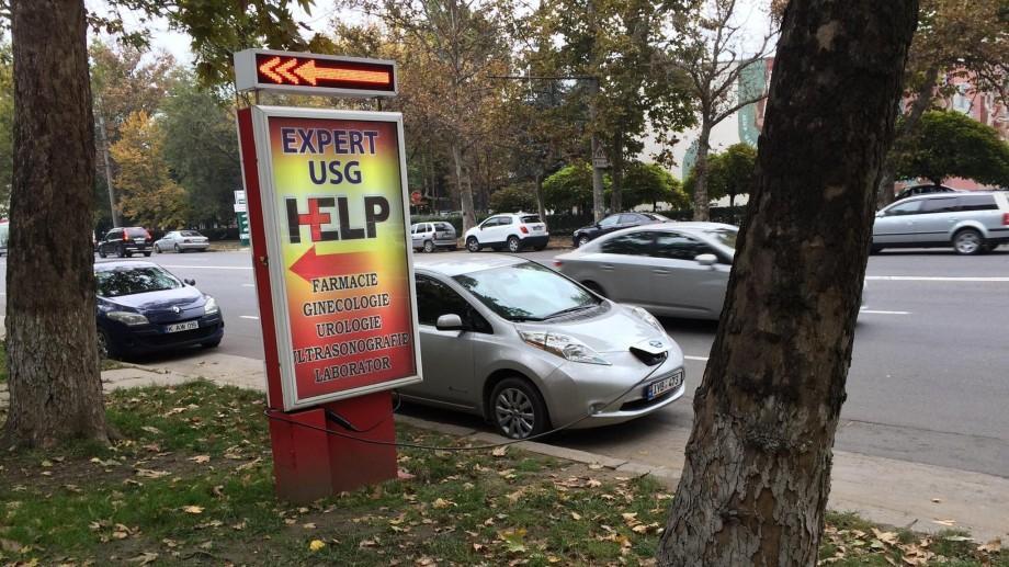 Imaginea zilei: Cum un şofer şi-a pus maşina la încărcat pe strada Calea Ieşilor
