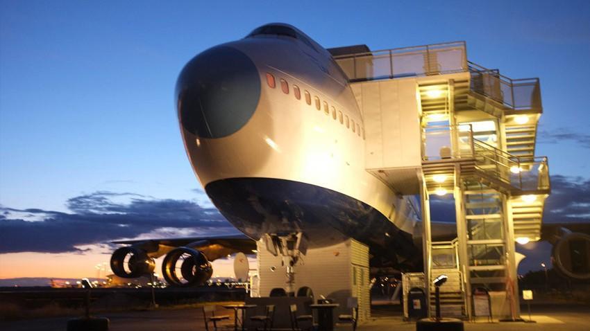 (foto, video) Un Boeing 747, transformat într-un hostel de lux. Iată unde se află