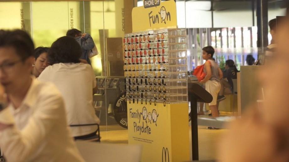 (video) Fără telefoane în timpul mesei. McDonald's instalează dulapuri speciale pentru dipozitivele portabile
