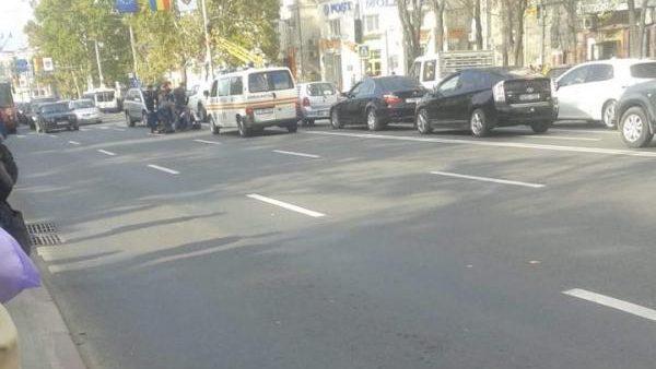(foto) Un copil de 14 ani a ajuns la spital după ce a fost lovit de o mașină pe o trecere de pietoni de pe bulevardul Ștefan cel Mare