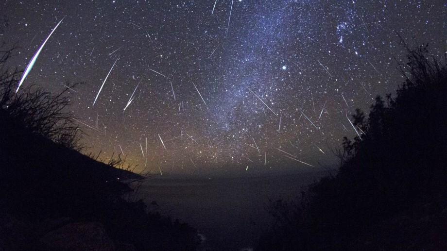 Stați cu ochii pe cer în această noapte. Veți putea vedea ploaia de meteori din coada cometei 1/P Halley