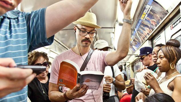 Ce citim în drum spre birou, facultate sau școală? Cinci cărți pentru diminețile și serile de toamnă
