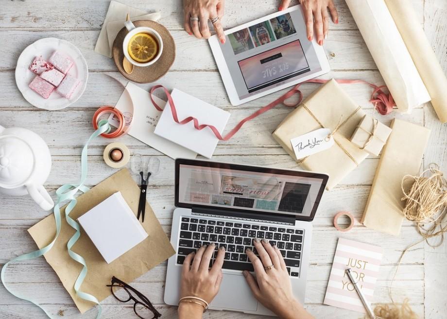 Cadouri online – modalități prin care poți să-ți surprinzi prietenii într-un mod inedit