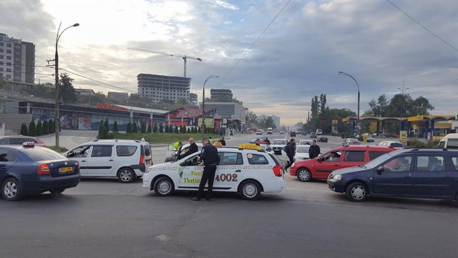 (foto) Fără bon de plată și cu automobile defecte! Sute de taximetriști au fost trași pe dreapta