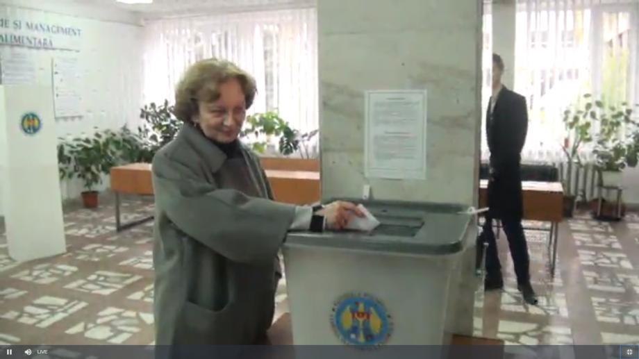 Referendum Local 2017: Președinta Partidului Socialiștilor din Republica Moldova, Zinainda Greceanîi, a votat