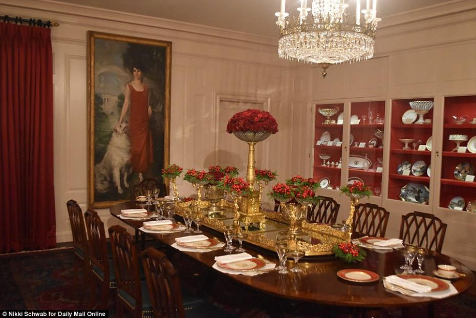 46BCA45A00000578-5121597-The_White_House_s_China_Room_was_set_up_for_Christmas_dinner_fea-a-48_1511803147460