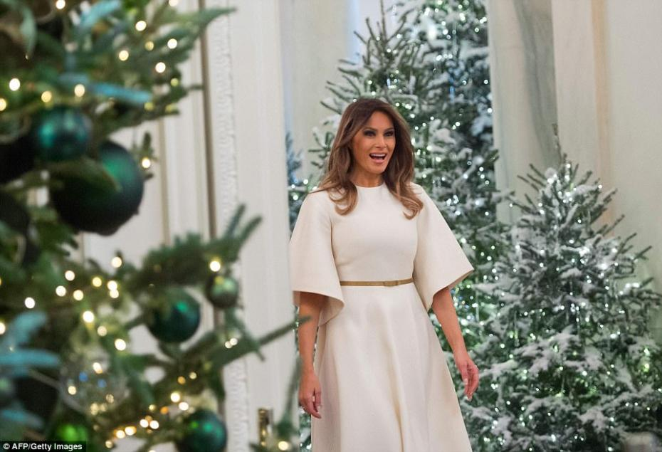 46BD6E0B00000578-5121597-A_sweet_surprise_The_first_lady_looked_stunned_as_she_first_set_-m-3_1511817034301