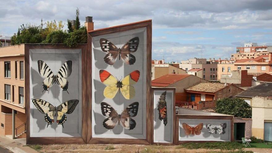 (foto) Străzile plictisitoare prind culori și aripi. Cum un artist a reușit să schimbe imaginea orașelor cu ajutorul fluturilor