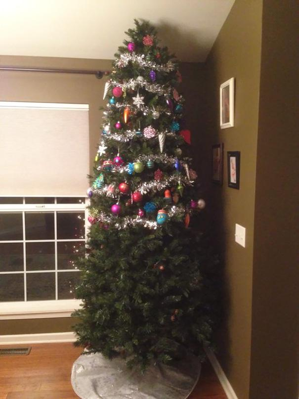 protecting-christmas-tree-from-dogs-cats-pets-10-585a6d0dc29ce__605